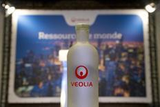 Veolia a annoncé jeudi la mise à pied à titre conservatoire de deux hauts cadres de son activité Eau en France et le lancement d'un audit interne à la suite d'une information de presse sur des soupçons de conflit d'intérêt. /Photo d'archives/REUTERS/Charles Platiau