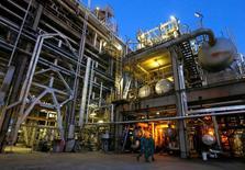 НПЗ венгерской нефтегазовой группы MOL в Сазхаломбатте. Цены на нефть стабилизировались в преддверии саммита ОПЕК, на котором членам картеля предстоит обсудить реализацию соглашения о сокращении объёмов добычи. REUTERS/Laszlo Balogh/File Photo