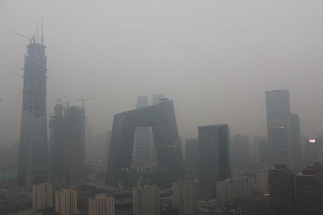 11月25日、中国の環境保護省は24日夜、公害防止措置が正しく行われているかを調べるために北京、上海など7地域に調査チームを派遣したと明らかにした。写真は北京で18日撮影(2016年 ロイター)