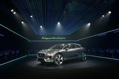 Jaguar Land Rover a annoncé son intention de construire des voitures électriques en Grande-Bretagne alors que le gouvernement de Theresa May a annoncé la création d'un fonds de 390 millions de livres (459,9 millions d'euros) dédié au développement des technologies vertes. /Photo prise le 14 novembre 2016/REUTERS/Lucy Nicholson