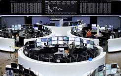 Les Bourses européennes ont terminé vendredi une séance hésitante sans grand changement, la hausse des secteurs de l'alimentation et de la santé compensant la baisse des valeurs liées aux ressources de base et à l'énergie. À Paris, le CAC 40 a pris 0,17% à 4.550,27 points. À Francfort, le Dax a gagné 0,09% et à Londres, le FTSE a progressé de 0,17%. /Photo prise le 25 novembre 2016/REUTERS/Staff