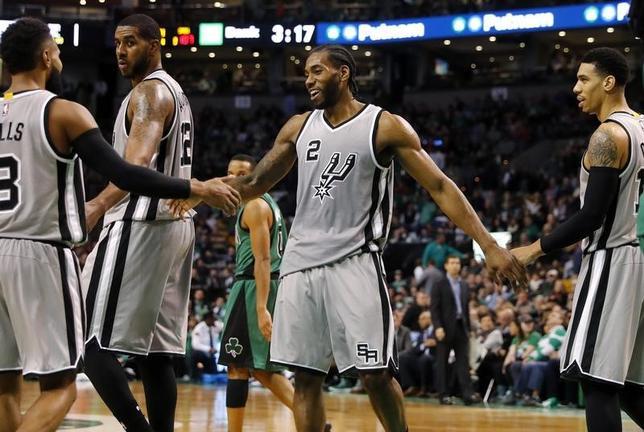 11月25日、NBAのスパーズはセルティックスを109─103で下した。カワイ・レナード(中央)が25得点(2016年 ロイター/Winslow Townson-USA TODAY Sports)