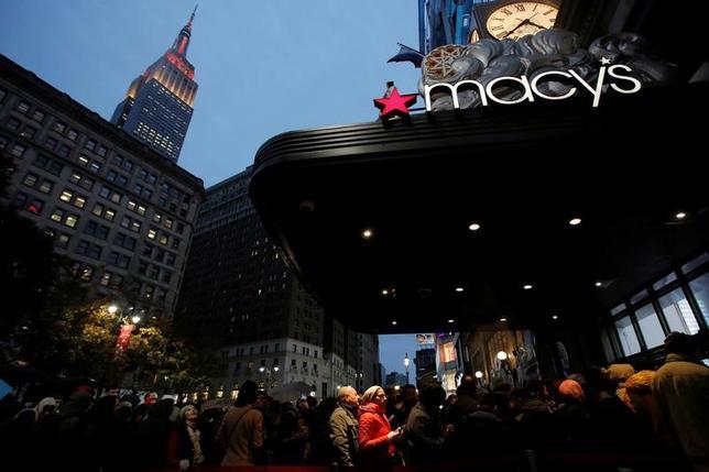11月25日、今週の米株式市場は、年末商戦の幕開けとなるブラックフライデー(感謝祭翌日の金曜日)を終えて小売株に注目が集まりそうだ。ニューヨークのメーシーズ前でセール開始を待つ人々、24日撮影(2016年 ロイター/Andrew Kelly)