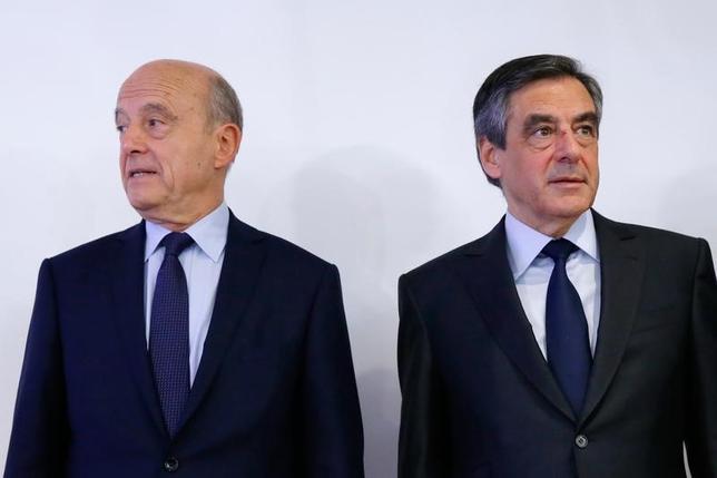 11月27日、来年のフランス大統領選に向けた中道・右派陣営の候補者を決める予備選の決選投票が行われ、フィヨン元首相(右)がジュペ元首相(左)に勝利した。パリで撮影(2016年 ロイター/Gonzalo Fuentes)