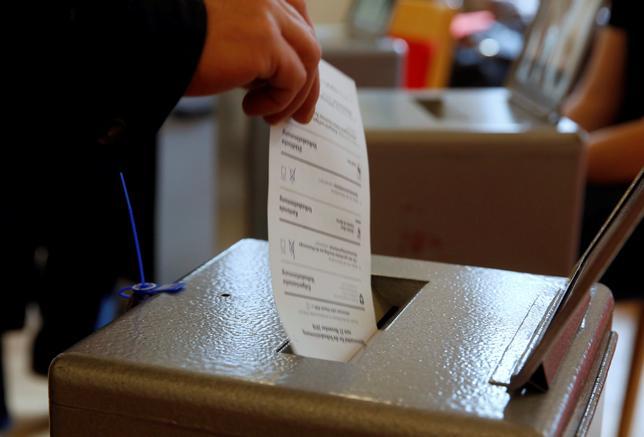 11月27日、スイスで、脱原発の時期を早めることの是非を問う国民投票が行われ、反対約55%、賛成45%の反対多数で否決された。写真はベルンで撮影(2016年 ロイター/RUBEN SPRICH)
