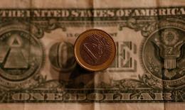 Доллар и евро. Доллар оказался под давлением в понедельник, отодвинувшись от отметки вблизи 14-летних максимумов, в то время как доходность гособлигаций США также отошла от недавних пиков.  REUTERS/Leonhard Foeger