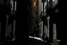 """An """"Estelada"""" flag, a symbol of Catalonian pro-independence, hangs on the street at the old Gothic quarter in Barcelona, Spain, September 21, 2015. Polls suggest Catalan separatists are on track to win a small majority of seats in the Catalan Parliament at a regional election on Sunday, the minimum needed to launch a """"road map"""" to secession within 18 months, according to Artur Mas, president of the affluent region in Spain's northeast. REUTERS/Susana Vera - RTX1RS0S"""