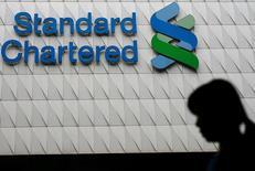 Standard Chartered s'apprête à supprimer environ un dixième des effectifs de son activité de services bancaires aux entreprises et aux institutionnels dans le monde, la banque renforçant ainsi son plan de baisse des coûts. /Photo d'archives/REUTERS/Tyrone Siu