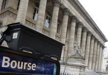 Les Bourses européennes restent dans le rouge lundi à mi-séance. Vers 12h10 GMT, le CAC 40 perd 0,84%, le Dax perd 0,94% et le FTSE cède 0,63%. /Photo d'archives/REUTERS/Régis Duvignau