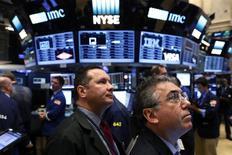 Трейдеры на фондовой бирже Нью-Йорка. Акции США немного снизились в понедельник из-за ослабления финансового и потребительского секторов, поскольку некоторые инвесторы фиксировали прибыль после рекордной недели.  REUTERS/Lucas Jackson