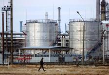 НПЗ в Мозыре. 9 января 2007 года. Белоруссия ухудшила экономический прогноз на 2016 год и ожидает падения ВВП на 2,5-2,6 процента из-за сокращения Россией поставок нефти, сказал журналистам министр экономики Владимир Зиновский. REUTERS/Vasily Fedosenko