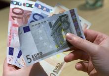 Le sentiment économique de la zone euro s'est amélioré moins que prévu en novembre tandis que le climat des affaires a subi une détérioration inattendue, montrent mardi les résultats d'une enquête mensuelle de la Commission européenne. /Photo d'archives/REUTERS/Vincent Kessler