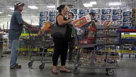 La croissance de l'économie américaine a été plus forte que prévu au troisième trimestre, atteignant son plus haut niveau depuis deux ans grâce à la hausse des dépenses de consommation et à la vigueur des exportations. /Photo prise le 5 octobre 2016/REUTERS/Henry Romero