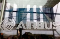 El logo de Airbus en un evento de la firma para el vuelo inaugural de su aeronave A350-1000 en Colomiers, Francia, nov 24, 2016. El fabricante europeo de aviones Airbus eliminará un total neto de 934 empleos como parte de una reestructuración destinada a reducir la bucrocracia y simplificar sus operaciones.   REUTERS/Regis Duvignau