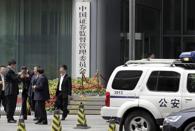 11月30日、中国公安省は証券監督管理委員会(CSRC)とともに、証券取引での詐欺行為を含む金融犯罪に対応するために5つの専門家チームを立ち上げた。写真はCSRC。北京で昨年7月撮影(2016年 ロイター/Jason Lee)