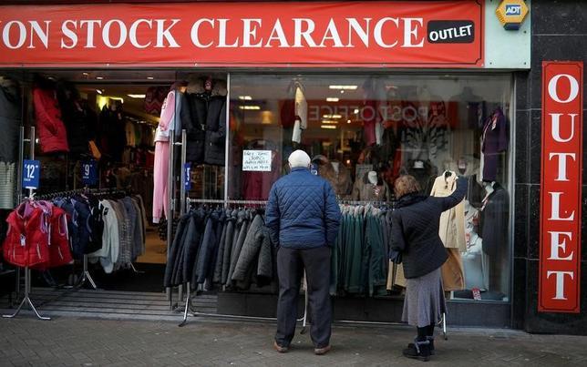 11月30日、市場調査会社GfKが公表したデータによると、11月の英消費者信頼感指数はマイナス8となり、欧州連合(EU)離脱決定直後以来の水準に低下した。写真は英ブラックプールのディスカウント衣料品店で7日撮影(2016年 ロイター/Phil Noble)