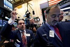 La Bourse de New York a fini en légère hausse mardi malgré la chute des cours du pétrole, soutenue par le secteur de la santé et de bons indicateurs économiques. L'indice Dow Jones a gagné 0,12% à 19.121,60 points. /Photo prise le 23 novembre 2016/REUTERS/Brendan McDermid