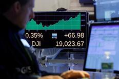 Трейдер на фондовой бирже в Нью-Йорке. 22 ноября 2016 года. Фондовый рынок США закрылся в плюсе во вторник, поскольку оптимистичный прогноз UnitedHealth обеспечил повышение бумаг медицинских страховщиков, однако резкое снижение цен на нефть оказало давление на акции энергосектора, ограничив рост основных индексов. REUTERS/Brendan McDermid