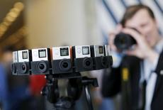 """Le fabricant de caméras d'action GoPro a annoncé mercredi son intention de réduire de 15% ses effectifs et de fermer sa division """"divertissement"""" afin d'abaisser ses coûts et de renouer avec la rentabilité. L'action de l'ex-chouchou de Wall Street, progresse de 2,90% à 10,11 dollars à la Bourse de New York vers 16h10 GMT. /Photo d'archives/REUTERS/Robert Galbraith"""