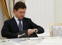 """El ministro de Energía ruso, Alexander Novak, espera a reunirse con el Presidente Vladimir Putin en Moscú, Rusia 8 Noviembre, 2016. Rusia está dispuesta a recortar """"gradualmente"""" su producción de petróleo en hasta 300.000 barriles por día en el primer semestre del 2017 como parte de un acuerdo con la OPEP, dijo el miércoles el ministro de Energía Alexander Novak.REUTERS/Sergei Karpukhin"""
