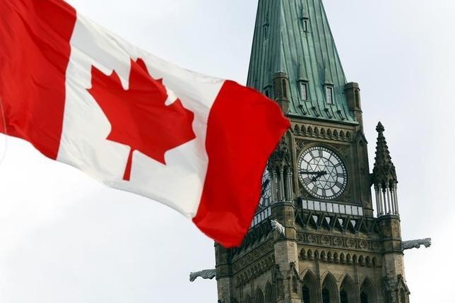 11月30日、カナダ統計局が発表した第3・四半期の国内総生産(GDP)は年率換算で前期比3.5%増となった。原油輸出が回復したことで前四半期の1.3%のマイナス成長から反転し、2014年第2・四半期以来の大幅な成長となった。写真は2015年8月、首都オタワで(2016年 ロイター/Blair Gable)