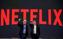 Reed Hastings, cofundador y presidente ejecutivo de Netflix; y Ted Sarandos, jefe de contenidos para Netflix, posan para fotógrafos durante una conferencia de prensa en Seúl, Corea del Sur, 30 de junio de 2016.  REUTERS/Kim Hong-Ji