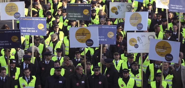 Pilots of German airline Lufthansa march during a strike of Lufthansa pilots at Frankfurt airport, Germany, November 30, 2016. REUTERS/Kai Pfaffenbach