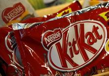 Una bolsa de chocolates KitKat en la sede de Nestle en Vevey, Suiza, 16 de octubre 2014.Nestle, el mayor grupo mundial de alimentos procesados, dijo que concibió una nueva tecnología que tiene el potencial de reducir el azúcar en algunos de sus productos de confitería en hasta un 40 por ciento sin afectar su sabor. REUTERS/Denis Balibouse  (SWITZERLAND - Tags: BUSINESS FOOD) - RTR4ADAH