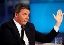 """En la imagen, Renzi en el programa de televisión """"Porta a Porta"""" (Puerta a puerta) en Roma, 30 de noviembre de 2016. La economía de Italia mejoró en el tercer trimestre y las estimaciones de crecimiento de trimestres previos fueron revisadas al alza, lo que podría ayudar al primer ministro, Matteo Renzi, en un referéndum en el que se juega su carrera.  REUTERS/Remo Casilli"""