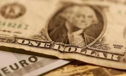 Доллары и евро. Доллар отошел от пика девяти с половиной месяцев к иене в пятницу, поскольку инвесторы сохраняют осторожность в ожидании отчета о занятости в США, который может задать тон для рынка на ближайшие дни.  REUTERS/Leonhard Foeger