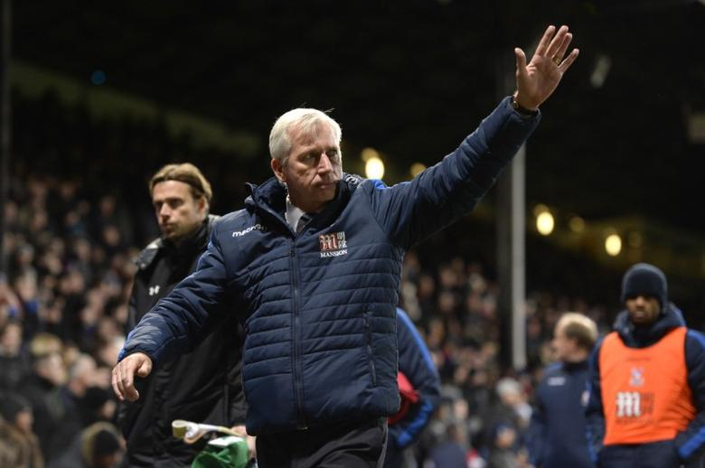 Britain Football Soccer - Crystal Palace v Southampton - Premier League - Selhurst Park - 3/12/16 Crystal Palace manager Alan Pardew waves to the fans in celebration of their victory after the match   Action Images via Reuters / Tony O'Brien Livepic