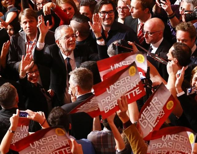 12月4日、オーストリア大統領選では、「緑の党」前党首で親EU派のアレクサンダー・ファン・デア・ベレン氏が極右政党「自由党」のノルベルト・ホーファー氏に勝利した。ウィーンで撮影(2016年 ロイター/Leonhard Foeger)