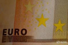 Купюра номиналом 50 евро 19 октября 2016 года. Евро просел в понедельник после того, как премьер-министр Италии Маттео Ренци объявил о намерении уйти в отставку, признав поражение на референдуме о конституционной реформе, что усиливает политическую неопределённость в еврозоне.  REUTERS/Leonhard Foeger