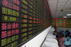 """Inversionista mira la pantalla que muestra informacion sobre la bolsa en Shangai,China, 15 de Febrero, 2016. El índice de acciones principales de China registró el lunes su mayor caída en seis meses después de que el regulador de valores local advirtió en contra de las adquisiciones """"bárbaras"""" de acciones. REUTERS/Aly Song"""