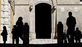 Le cinglant revers subi par le président du Conseil Matteo Renzi à l'occasion du référendum constitutionnel de dimanche en Italie risque de remettre en cause un plan de renflouement de Banca Monte dei Paschi di Siena, la troisième banque du pays. /Photo d'archives/REUTERS/Max Rossi