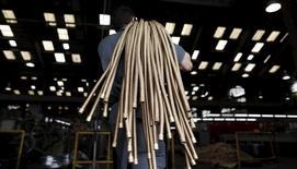 Imagen de archivo, un funcionario acarrea cables de cobre en una instalación de la Sociedad Metalúrgica en Sao Paulo, Brasil. 20/04/2012.La actividad de servicios en Brasil siguió cayendo a un ritmo veloz en noviembre, mostró un sondeo el lunes, lo que remarcó la percepción de que la severa recesión económica se habría extendido al cuarto trimestre. REUTERS/Nacho Doce/File Photo