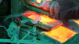 Imagen de archivo de un trabajador en la refinería de cobre de Codelco en Ventanas, Chile. 7 enero 2015.Los precios del cobre subían el lunes junto a otros metales básicos debido a compras especulativas de fondos, aunque algunos inversores afirmaron que se trataba de un alza de corto plazo, ya que esperan más pérdidas del mercado en el futuro.REUTERS/Rodrigo Garrido