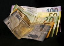Купюры валюты манат в Тбилиси 18 января 2016 года. Центробанк Азербайджана (ЦБА) намерен увеличить объем операций по стерилизации денежной массы и в случае необходимости готов пересмотреть процентные ставки в 2017 году, сказал во вторник глава ЦБА Эльман Рустамов.  REUTERS/David Mdzinarishvili