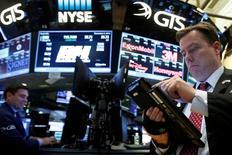 La Bourse de New York a ouvert sans grand changement mardi au lendemain du record historique établi par le Dow Jones qui continue de profiter du vent d'optimisme qui souffle sur les marchés depuis la victoire de Trump. L'indice Dow Jones perd 16,63 points, soit 0,09%, à 19.199,61 points dans les premiers échanges. /Photo prise le 5 décembre 2016/REUTERS/Brendan McDermid