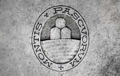 El logo del banco Monte dei Paschi di Siena en Siena, nov 5, 2014. El Tesoro italiano está considerando aumentar su participación en Monte dei Paschi di Siena para ayudar al banco a mantenerse a flote comprando deuda subordinada a inversores minoristas y convirtiéndola en acciones, dijeron dos fuentes con conocimiento del asunto.  REUTERS/Giampiero Sposito/File Photo