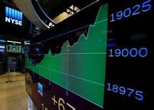 La Bourse de New York a terminé mardi une séance volatile en légère hausse, soutenue par les banques, mais également par le secteur des télécoms. Le Dow Jones a encore battu un record de clôture, progressant de 0,18% (35,54 points) à 19.251,78. /Photo d'archives/REUTERS/Brendan McDermid