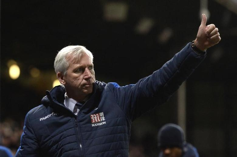 Britain Football Soccer - Crystal Palace v Southampton - Premier League - Selhurst Park - 3/12/16 Crystal Palace manager Alan Pardew gives a thumbs up to the fans in celebration of their victory after the match   Action Images via Reuters / Tony O'Brien