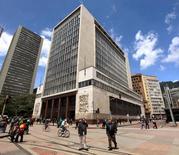 Personas caminan frente a la sede el banco central de Colombia en Bogotá. 7 de abril de 2015.El Banco Central de Colombia se alista a reemplazar en los próximos dos meses a tres de los siete miembros de su directorio por vencimiento de periodo, con el reto de mantener su independencia en momentos en que el Gobierno presiona por bajar la tasa de interés para ayudar a la desacelerada economía.REUTERS/Jose Miguel Gomez