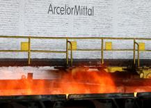 Les valeurs liées aux ressources de base (+3,28% pour l'indice sectoriel européen) ont été portées par la tendance haussière des cours des métaux. ArcelorMittal a terminé en tête du CAC 40 avec un gain de 4,98% à 7,883 euros. /Photo d'archives/REUTERS/François Lenoir