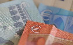 L'Union des marchés de capitaux, voulue par l'Union européenne (UE) d'ici 2019, a connu jeudi des progrès, avec le vote positif du Comité économique du Parlement européen sur la titrisation, une étape considérée primordiale. Pourtant, le texte ne prendra force de loi qu'après approbation des pays membres de l'UE. /Photo d'archives/REUTERS/Regis Duvignau