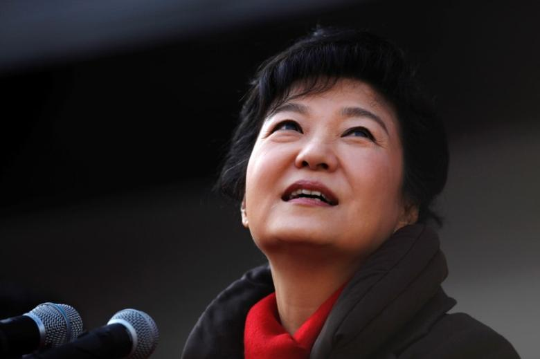 FILE PHOTO -  South Korea's presidential candidate Park Geun-hye of the ruling Saenuri Party attends her election campaign rally in Suwon, about 46 km (29 miles) south of Seoul December 17, 2012.     REUTERS/Kim Hong-Ji/File Photo