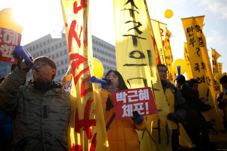 Protesters chant slogans during a rally demanding the impeachment of South Korean President Park Geun-hye in front of the National Assembly in Seoul, South Korea, December 9, 2016. The sign reads ''Arrest Park Geun-hye''.  REUTERS/Kim Hong-Ji