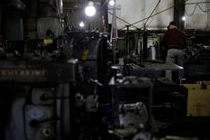 En la imagen, un hombre trabaja en una fábrica que manufactura tuberías de hierro em la zona industrial Keihin en Kawasaki, Japón, el 16 de abril de 2013. La confianza de las grandes compañías manufactureras de Japón en las condiciones económicas mejoró en el cuarto trimestre, aunque las empresas recortaron sus planes de gasto de capital para el actual año fiscal, lo que sugiere que aún están cautelosas sobre las futuras condiciones de negocios. REUTERS/Toru Hanai/File Photo