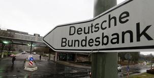 L'économie allemande est sur une bonne voie mais le rétrécissement de la main-d'oeuvre et de la dépense des ménages sont des menaces pour les années à venir, écrit la Bundesbank dans ses prévisions bisannuelles publiées vendredi. /Photo d'archives/REUTERS/Kai Pfaffenbach