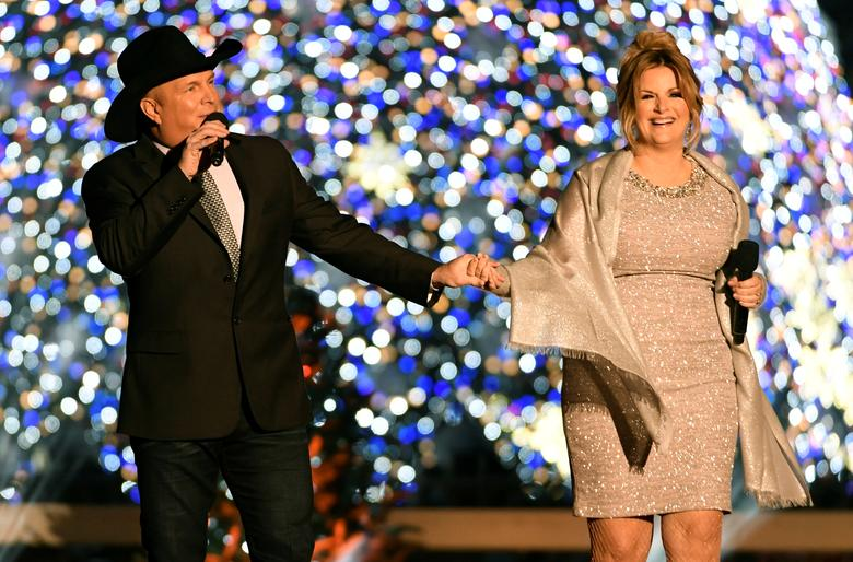 Singers Garth Brooks (L) and wife Trisha Yearwood hold hands as they perform during the 94th Annual National Christmas Tree Lighting ceremony on The Ellipse, near the White House, in Washington, U.S., December 1, 2016. REUTERS/Mike Theiler